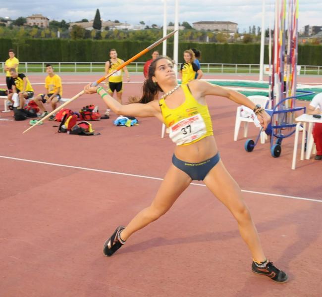 La juvenil Carlota Royo supera los 40m en jabalina.
